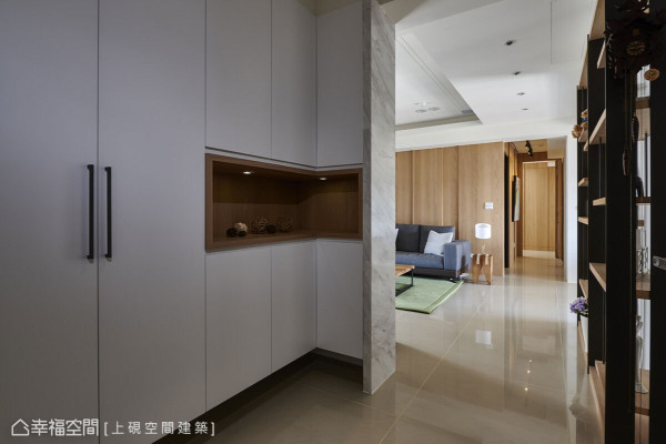 悬浮设计的鞋柜设置端景台面,并顺势利用电视墙转折衍伸做完美的包覆与结束。