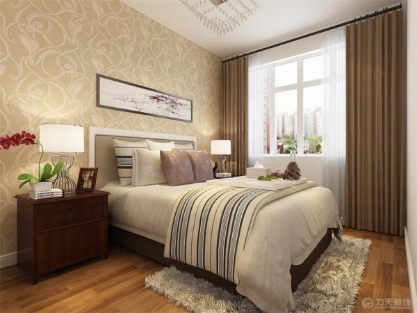 次卧为老人房,床头背景墙贴暖黄色的壁纸,床头柜采用了栗子色的木纹材质,整个空间都充满了温馨的氛围。