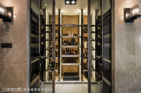 步入式的展示鞋柜位于玄关一侧,女屋主收藏的精品鞋款从购入到回家摆设,都拥有同样的精品展示效果。
