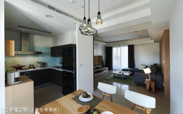 将小巧的餐厅与厨房做结合,搭配线条简约的家具家饰,让空间显得别致精巧。