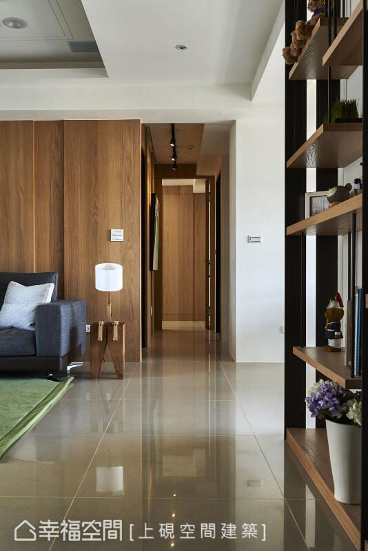 为化解开门即见主卧的问题,在不设置屏风的前提下,利用木质立面和隐藏门让空间融为一体。