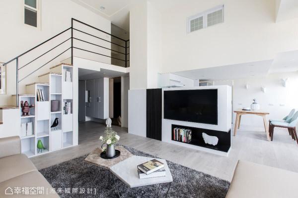电视墙没有执意链接天花,留出的上方视野与侧边走道,让客厅与后方餐厅能够有所互动。