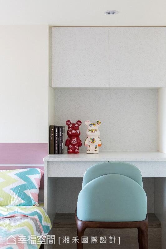 书桌柜以碎花板材为设计,湘禾设计挑选北欧风的座椅,桌上饰以跳色玩偶为摆设,增添趣味感。