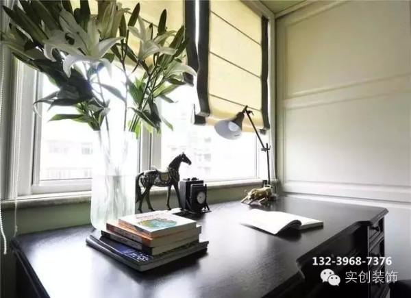 书房的抹茶绿非常符合女主文青的气质,清新满溢,干净简洁的格子移门后是衣 帽间,男主人负责才华横溢,女主人负责貌美如花,如此甚好。