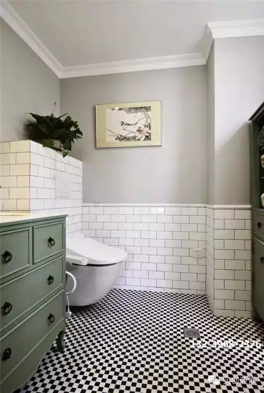 清新雅致的卫浴区,直入眼帘的便是这黑白纯净的马赛克,浅绿色柜子又让这里 多了一抹绿的芳香。