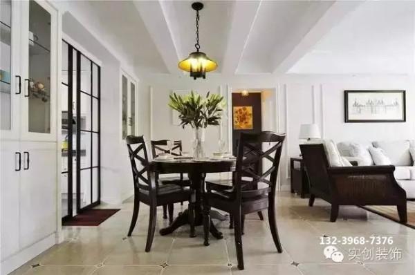 深棕色的十字餐椅与厨房黑色格子移门有了形态上的互动,舒适讨巧。