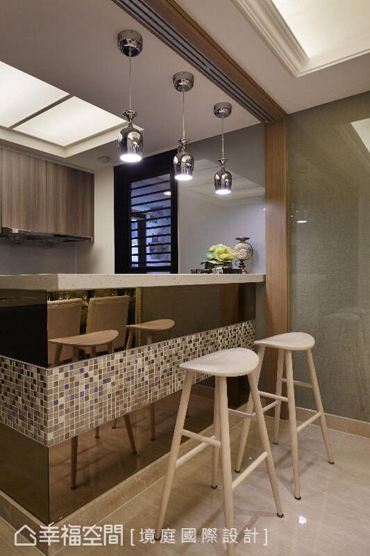 以茶镜为主体的吧台量体,透过拼贴马赛克环绕装饰,衍生出餐厨空间中的趣味性。