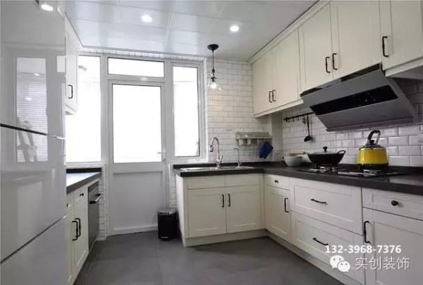 黑白灰的经典搭配让厨房整洁、时尚。墙上的工字面包砖透着极具现代感的美式 风格。