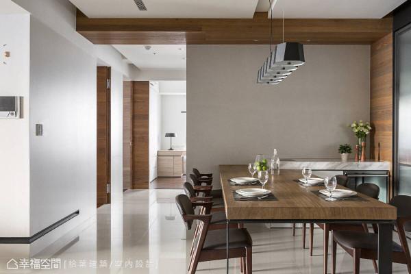 延续餐桌的原始质材,木纹沿着墙面向上攀爬至整片天花,与后方的门片、橱柜相互呼应,形塑自然写意之境。