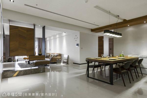 从玄关到客、餐领域间特别留出一块暂缓空间,让动线自然无碍,同时各个机能保有独立性。