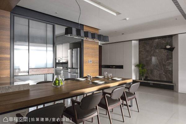 以实木质材为餐桌,呈现温润舒适的用餐环境,仅隔一扇拉门就能通往厨房区。