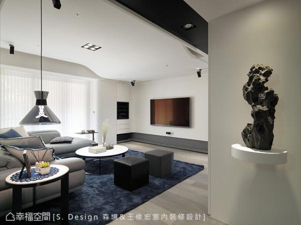 设计师收起一房纳入客厅与主卧房规划,让出开阔方整的格局尺度。