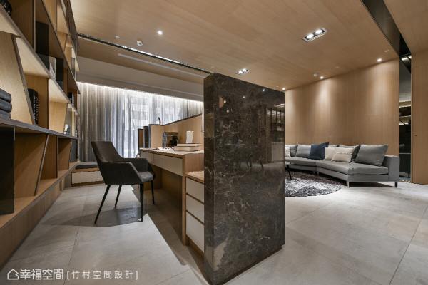 造型自由的书柜,使用不同色泽、纹理的木纹,加上石材包覆的书桌,都增加空间的层次感。