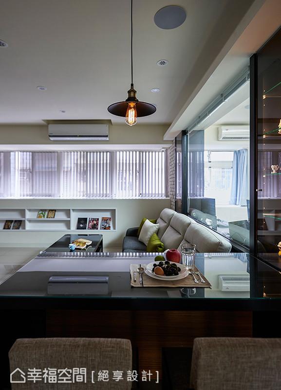 沙发旁的桌体不仅可以当休闲感的吧台使用,还兼具餐桌的用餐功能,真是一体多用的好设计。