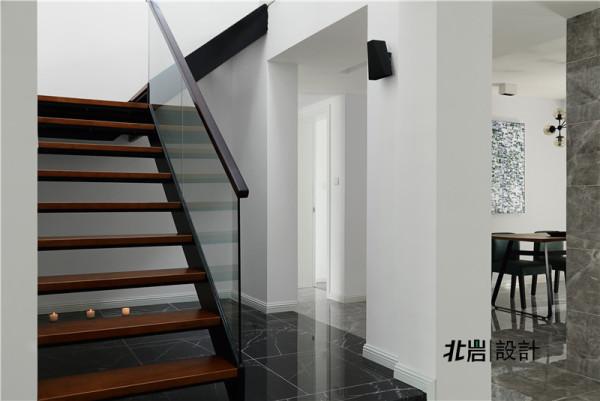 钢架楼梯,玻璃扶手,使空间更加通透。
