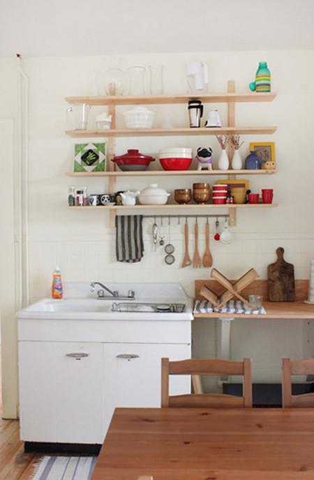 厨房和饭厅是合在一起的,厨具繁多的厨房在收纳上是一个难题,狭窄的厨房用橱柜会让厨房狭窄,给人压迫感。用挂墙置物架不仅能让厨具分类收纳,而且还能节省装修费用。