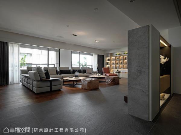 庄昱宸设计师以双向墙的方式,划分场域并丰富使用机能;一面作为玄关的端景,另一面则作为客厅的电视主墙。