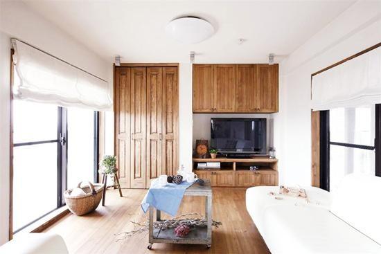 嵌入式的木质收纳柜,不仅有效的提高了空间的利用率,还可以放置家中的大件杂物,非常实用。淡蓝色做旧小茶几,方方正正的样式,地中海风格浓厚。