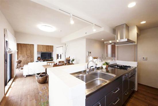 开放式的厨房,巧妙的利用了空间,将实用美观的餐桌与厨房紧密相连,营造出温馨的就餐环境。圆形的白色壁灯,日式风格浓厚。