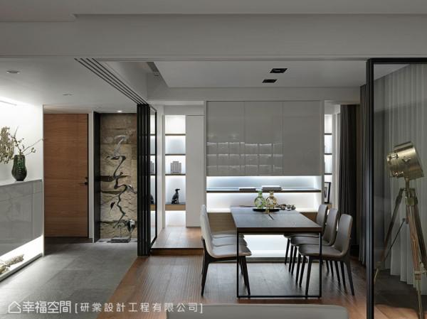 客厅及书房间,以通透质地的玻璃拉门为区隔界定,使其成为视角延续的元素,让视觉上通透无碍,营造穿透感的空间层次。
