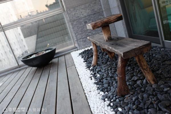 恰如其分的装置单品,在卵石与南方松的随兴铺陈中,构成自然舒压的情境体验。