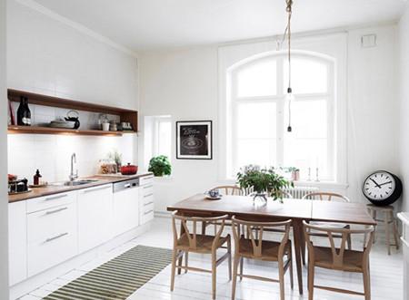 餐厅、厨房,狭长的一体式空间,巧妙分割、相对独立,又保留了通透的光照。