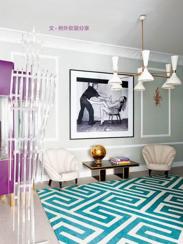 屋内不仅用色大胆,而且室内搭配家私丰富多彩,你会看到本世纪中叶的艺术作品比比皆是,从人造卫星造型的吊灯到景点的Platner椅,整个家就像是一个艺术品展览室,每一件都被精挑细选并恰当摆放。