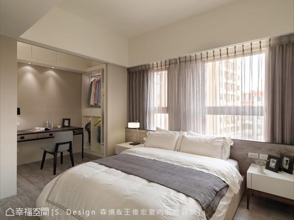 设计师将更衣室与梳妆台纳入卧眠区开放规划,同享大面窗外的同一片日光。