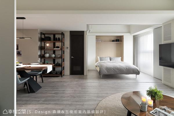 隐藏于白色柜体内的下掀式床垫,可随时变换空间使用机能。