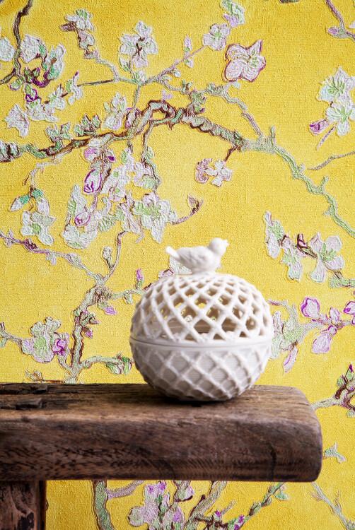 《梵高》系列,适合装饰客厅、卧室等房间。产品选用油画作品《盛开的杏树》、《粉红色桃花树》的花型让原本生硬的房间变得清新而富有艺术气息,图片有格莱美墙纸提供。