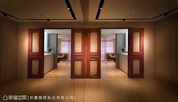 舞蹈教室到客厅之间,隔着红色系的立体门扇,成为公私领域的风格划分。