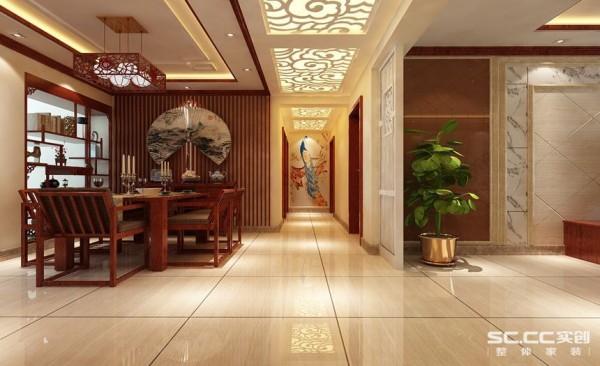 用白色雕花花格把整个走廊加以点缀,这个传统的花格造型将走廊和可餐厅进行一个诠释的划分,走廊尽头的孔雀图把平步青云很好的展现