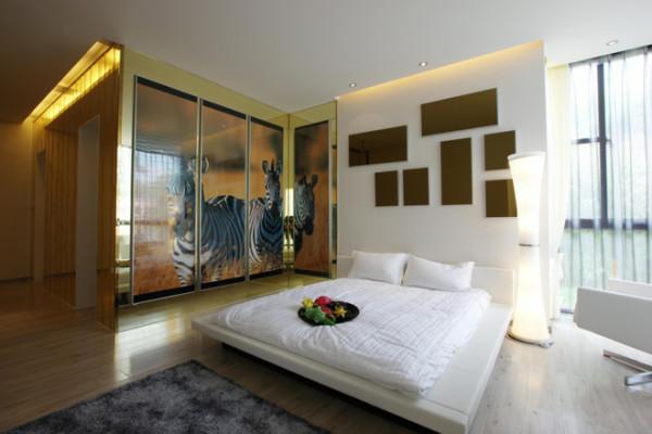 卧室装修,白色的大床,沿用客厅的背景墙设计,斑马身上的条纹漂亮而雅致 这个卧室的整体感觉是给人慵懒舒适的感觉,简单床,简单的写字台,给人一种放松的感觉