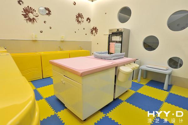 饱满圆润的线条造型,活力炫酷的色块铺陈,为宝宝营造出一个充满快乐的活动空间。