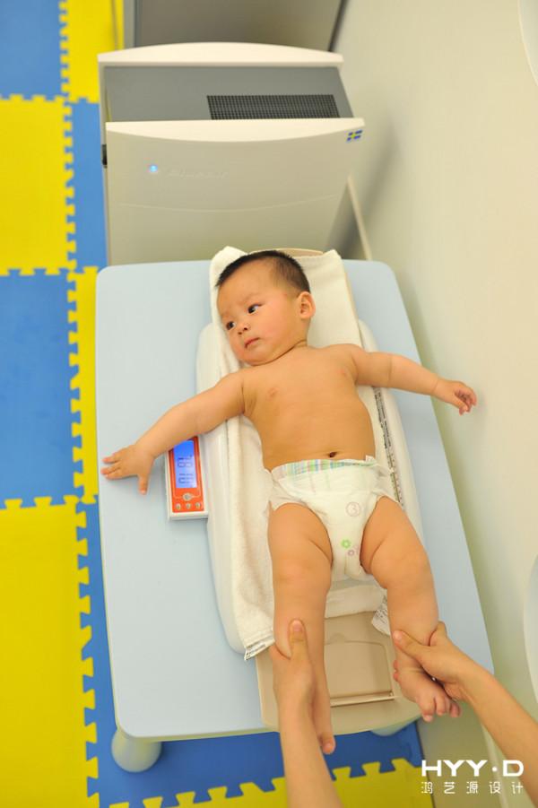 爱他,就给他最好的!宝宝的身体防御系统发育不够完善,它的新陈代谢较快,也较为好动,呼吸频率自然就快,因此,空气中的污染物对宝宝的健康影响甚至超过成年人。在室内设立空气净化器,给宝宝最好的空气品质。