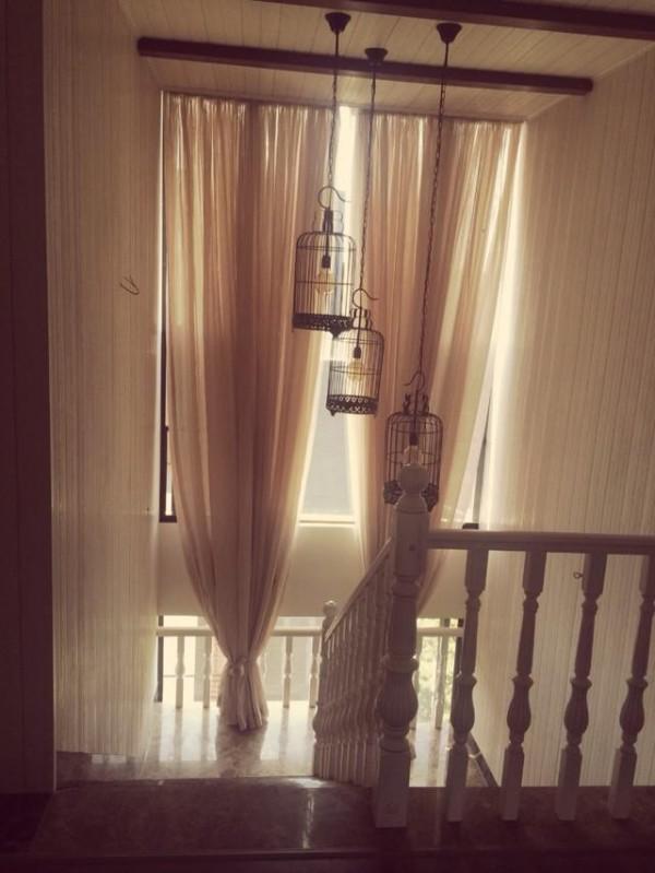 楼梯间用的挂式鸟笼灯和两个昏暗的云石壁灯,云石壁灯是光感加声控感应灯,用的瓦数很低的LED灯泡,