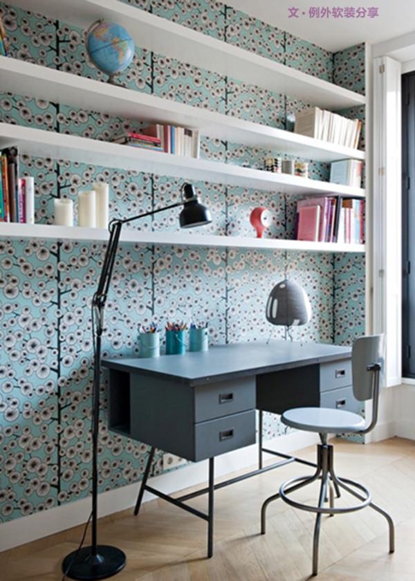 餐厅及厨房区域风格更加富有个性,黑白搭配出极简背景,灯具的布设更是别出心裁。卧室软装设计的色彩搭配就显得浅淡温馨许多,小清新的壁纸让睡眠空间更加放松惬意。