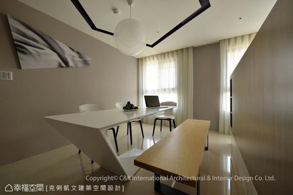 延续折线设计概念,餐桌同样施以造型变化,展现个性化的现代风格。