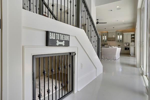 """豪宅楼梯法   如果你住的是带楼梯的复式或者半山豪宅,那么占地巨大的楼梯下部空间无疑是作为""""宠物之家""""的最佳地点。"""