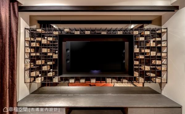 为男主人设计的视听室电视墙,以铁件、不锈钢与实木块所构组,其实木块的上方更特别凿孔,可以摆放各地征战的高尔夫球。