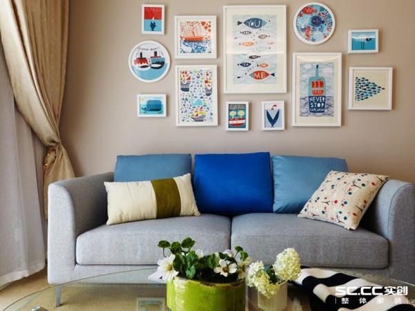 由于女主人不喜欢北欧风的装饰画,取而代之,沙发的背景墙用了小清新的挂画和摆设,所以这个家最终成为了北欧混搭风。