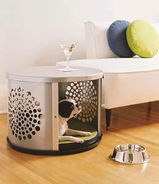 客厅沙发边柜法   把客厅的沙发边柜做成宠物窝也是不错的选择哦。
