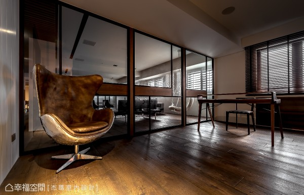 书房及客厅以清透的玻璃作为机能分界,中间腰带则以木皮来表现,并细腻设定使用时的位置,达到屋主在工作时的隐私。