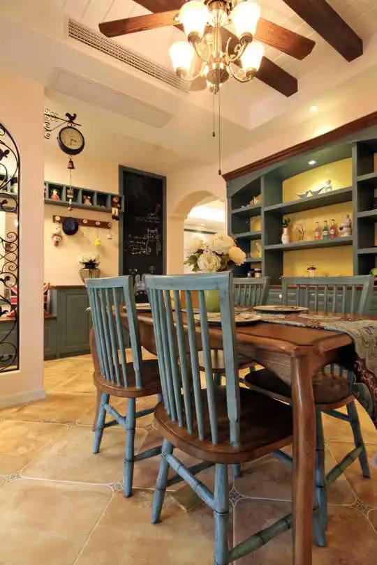 餐厅摆一套复古桌椅,繁复桌旗和纯色鲜花增加文艺气息。嵌入墙体的酒柜营造清吧氛围,仿佛在家也可以来一场艳遇。
