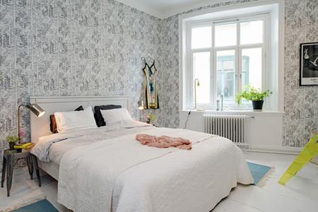 卧室给人非常温馨的感觉,白色的床上用品搭配黑白印花的墙纸,很有格调。