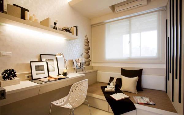 书房兼客房,榻榻米的神奇用途,利用隔板作为书架,既节省空间又极具收纳功能。