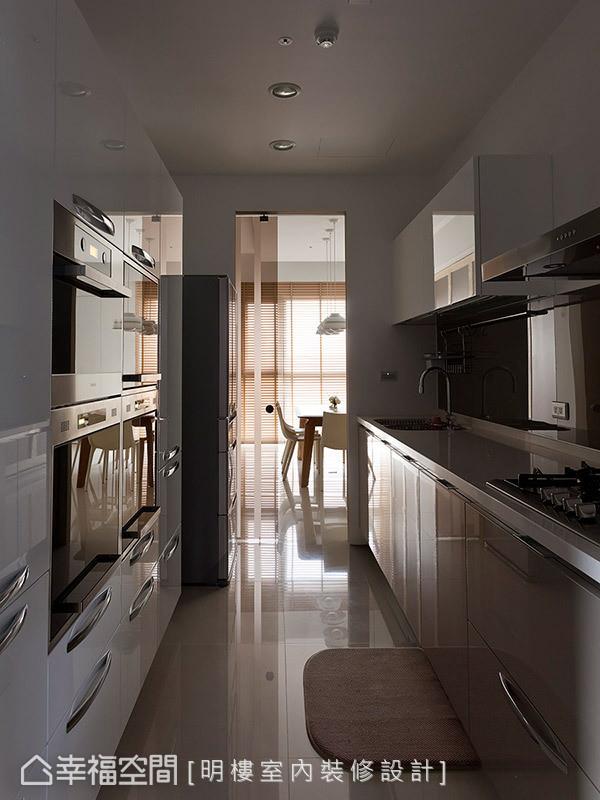 以茶玻拉门作为厨房门片,让视线在隐约中得以延伸。