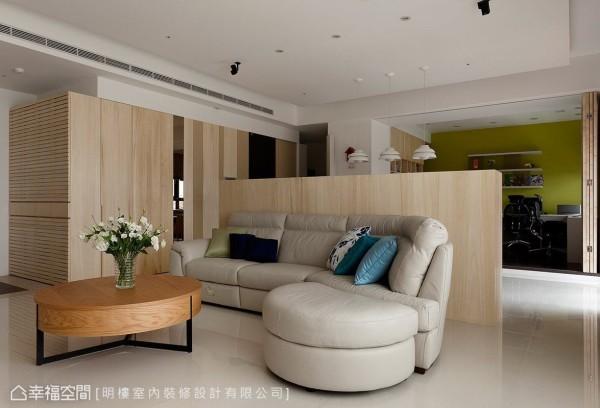 客、餐厅间采用半高矮墙界定,创造开阔的开放式活动空间。