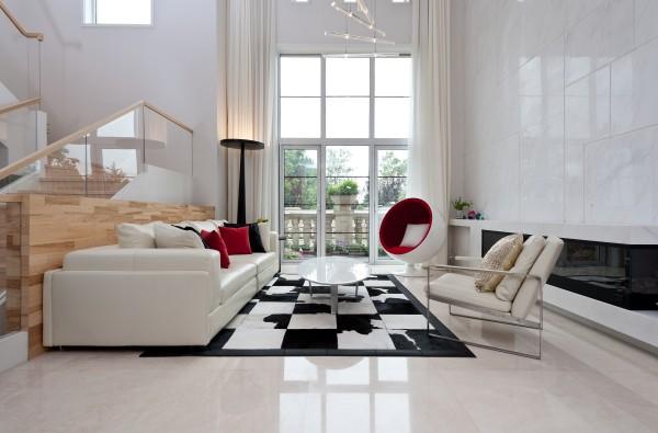 客厅:大面积运用白色大理石作为背景色,却丝毫不会显得单调,因为红色的沙发靠包和优质的黑白方块牛皮地毯一下子就吸引了来访者的眼球。窝在这个半球形沙发里面,舒适而充满安全感。