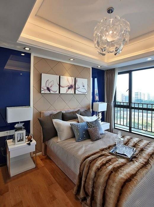 简单干净的后现代风格,比较适合现代人的理想住居。简单却不又不失大方的方案。设计师在设计的时候,每个地方都考虑的很到位。电视背景做的直接贴墙纸,再放个装饰,很漂亮简洁。